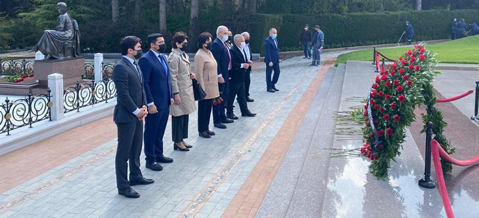 AzMİU rektorluğu Fəxri Xiyabanda  ulu öndər Heydər Əliyevin məzarını ziyarət edib